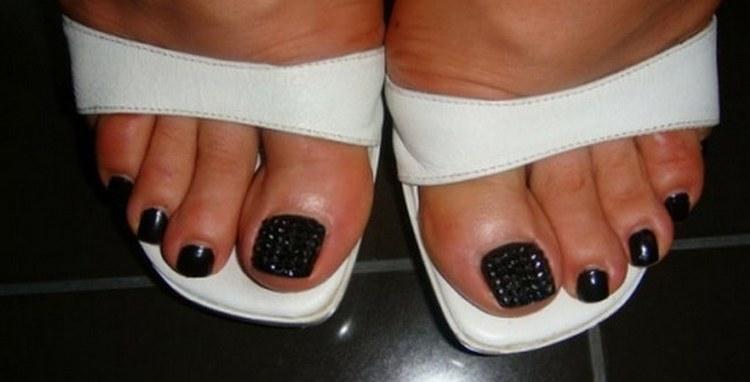 Украсить ногти с черным лаком можно бульонками.