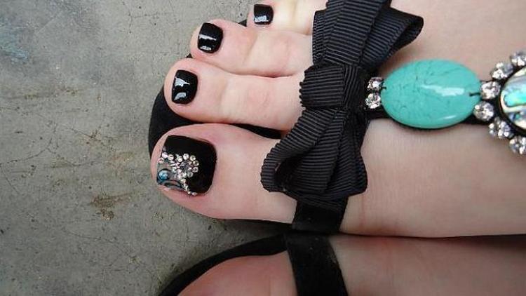 Важно правильно сочетать черный цвет на ногтях ног с обувью.