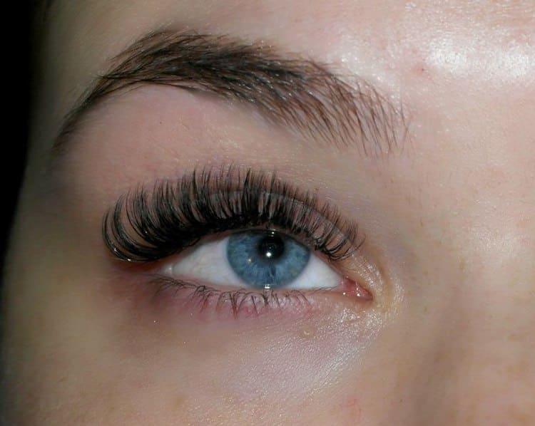 Есть после наращивания начинают краснеть глаза, стоит задуматься о перерыве в таких косметологических процедурах.