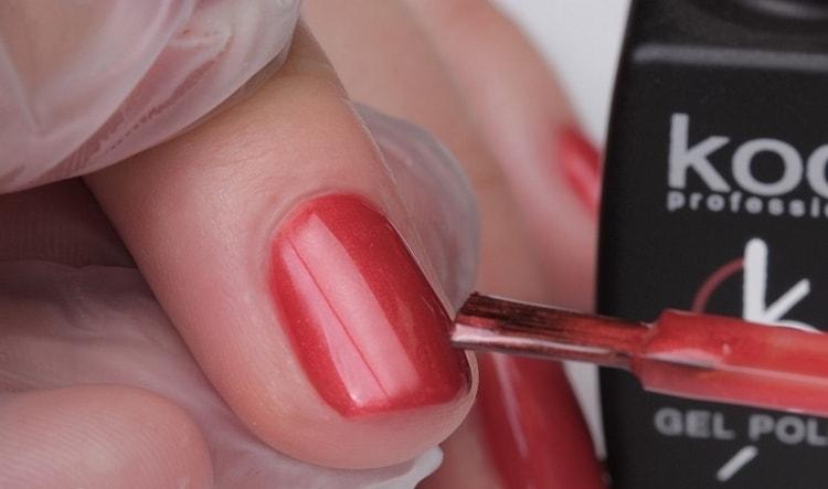 Покрываем ноготь гель-лаком выбранного цвета.