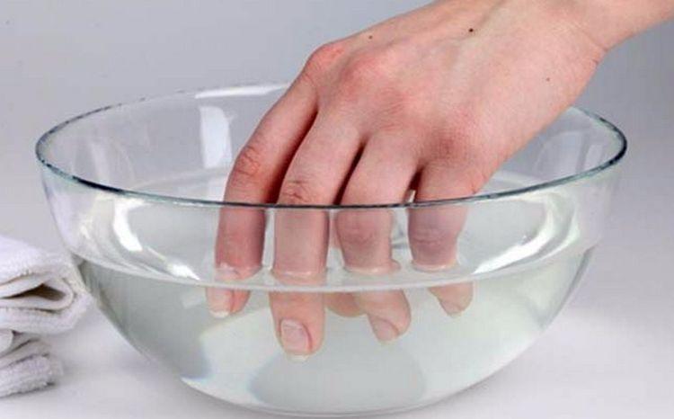 если у вас проявилась аллергическая реакция, нужно немедленно удалить покрытие и провести курс восстанавливающих процедур для ногтей и кожи пальцев.