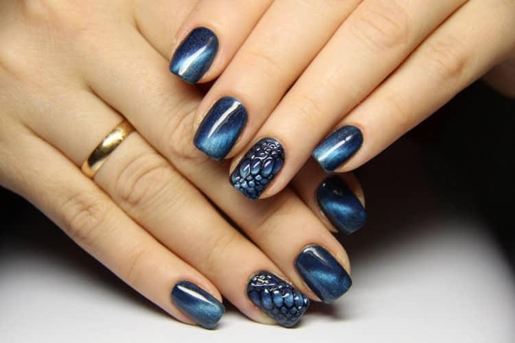 светловолосым девушкам подойдут голубые и синий цвета такого лака.