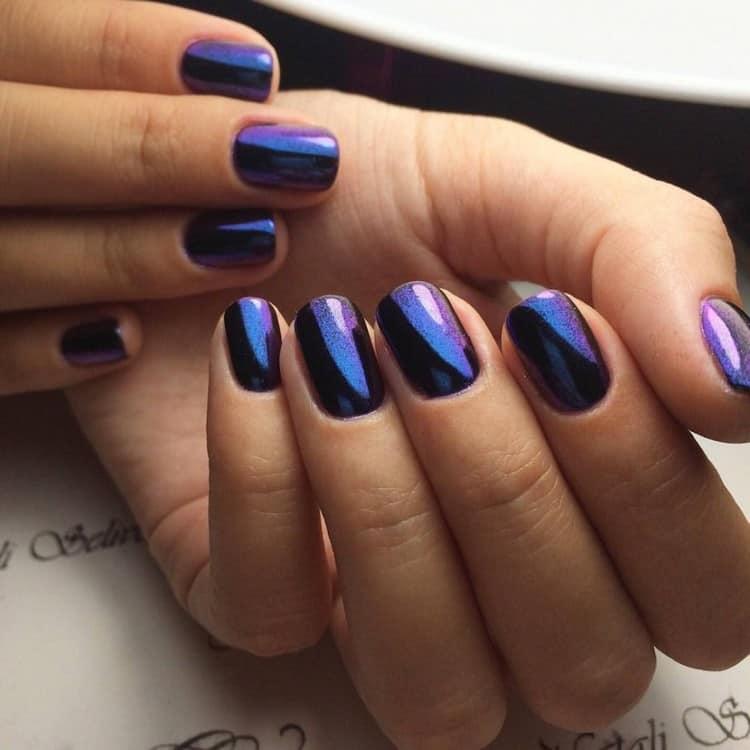 В тренде остается фиолетовый цвет на ногтях.