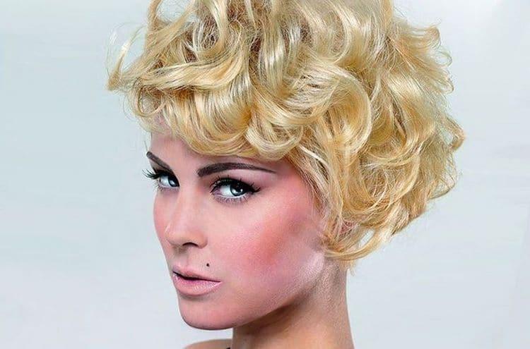 Современная химическая завивка волос крупными локонами выглядит естественно и очень привлекательно.
