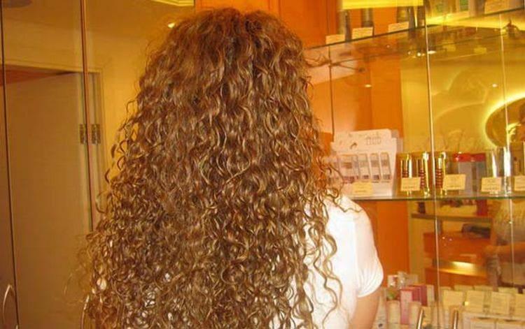 Посмотрите фото простой прически с химией на длинные волосы.