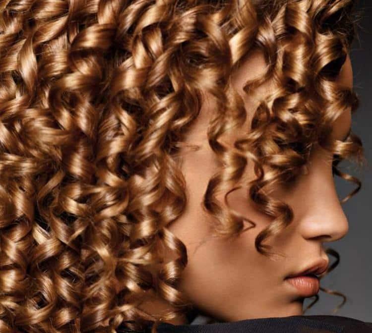 очень красиво выглядит спиральная химия на длинные волосы.