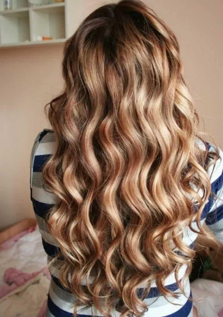Красиво на длинных волосах выглядит крупная химия.