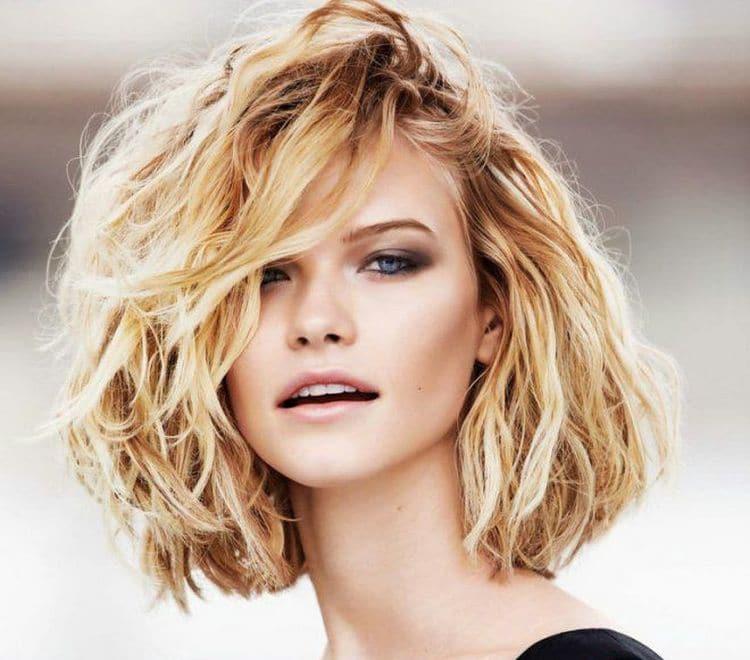 Посмотрите фото стрижки с химией на короткие волосы.