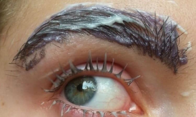 нанесите краску по линии роста волос