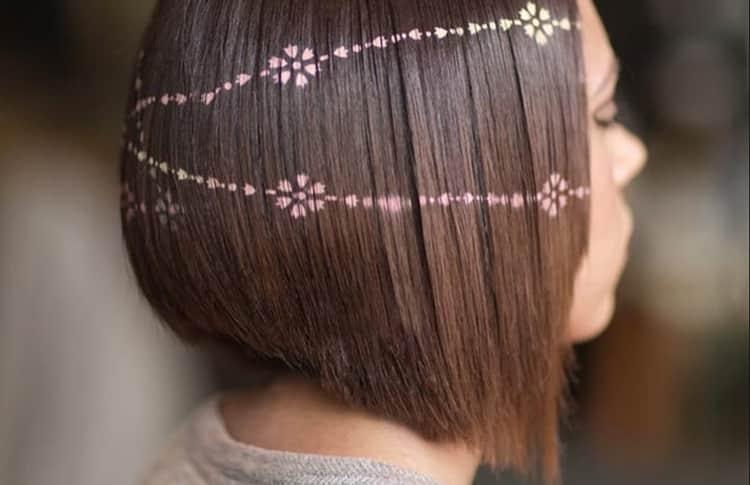 Еще один оригинальный вариант, как красиво покрасить волосы в два цвета, это трафаретное окрашивание.