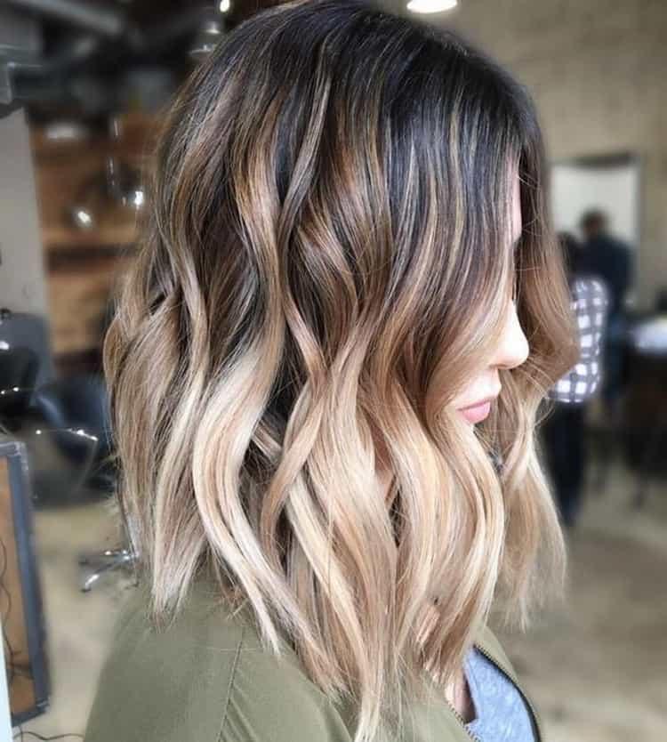 Очень стильно выглядит омбре на волосах.