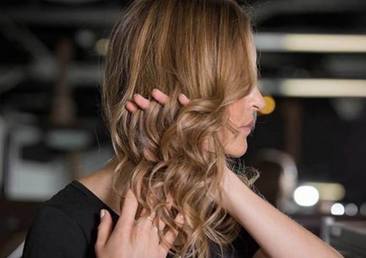 Волосы, завитые утюжком, не надо расчесывать расческой, лучше просто пройтись по ним рукой.