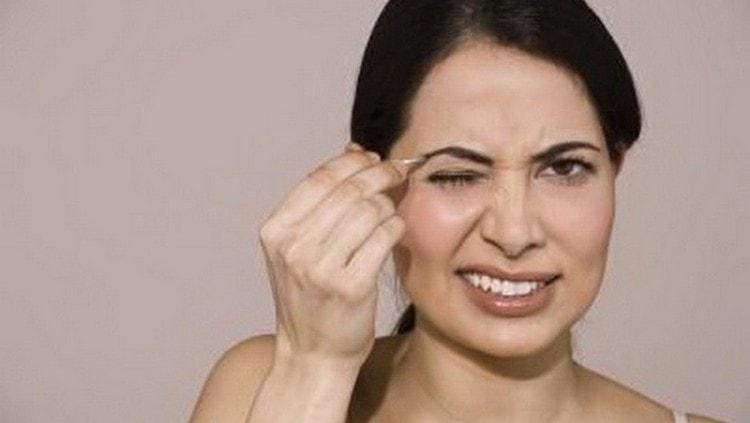 Многих женщин интересует, как выщипывать брови без боли.