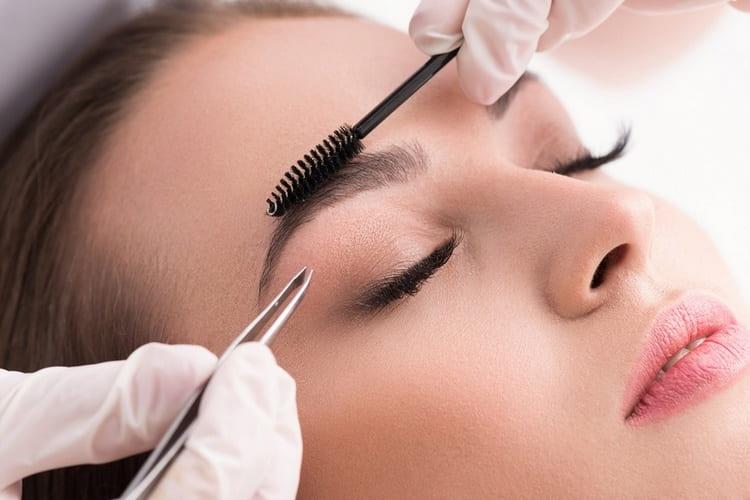 В салоне вам смогут выщипать и пр надобности нарастить или подкрасить брови.