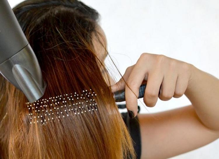Можно также выравнивать волосы при помощи вена и широкой расчески-брашинга.