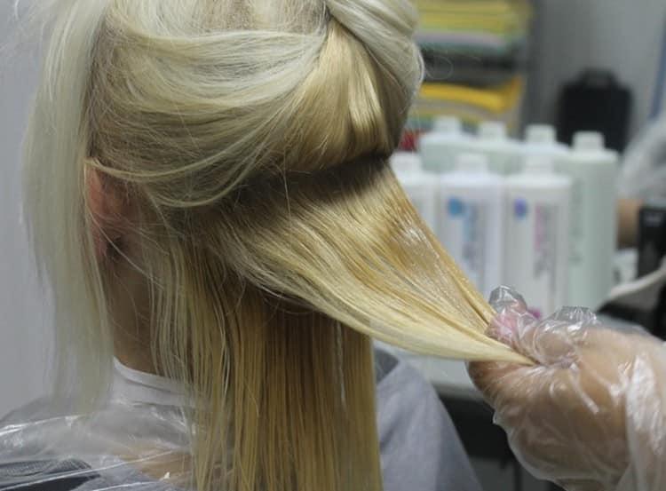 Одним из самых эффективных способов, как выпрямить кончики волос без утюжка, является кератиновое выравнивание, но процедура достаточно дорогая.