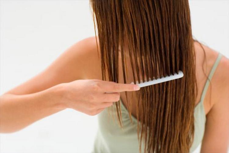 Наверное, самый занудный метод выравнивания волос это расчесывание мокрой копны жидким гребешком.