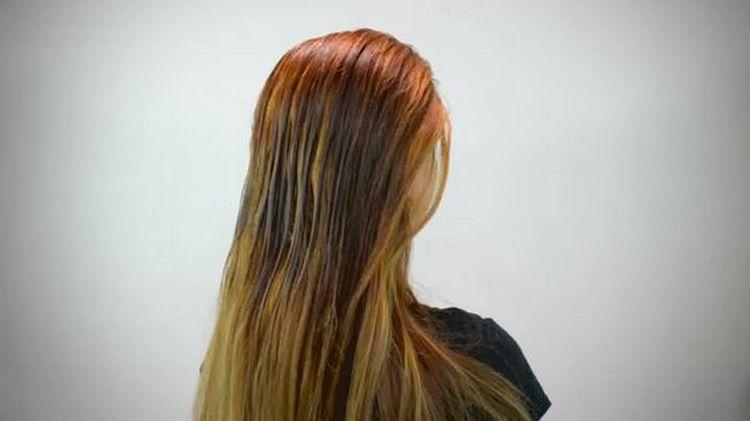 Волосы надо либо подержать в молоке, либо сбрызнуть ним при помощи пульверизатора.