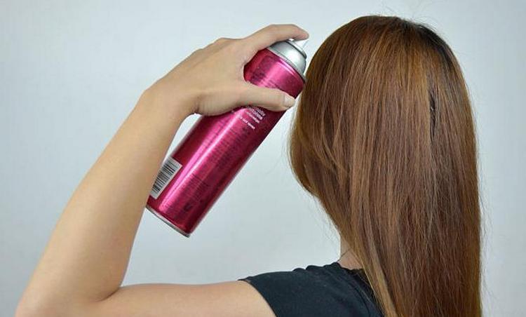Еще один простой способ, как выпрямить волосы без утюжка дома, это использование специальных спреев.