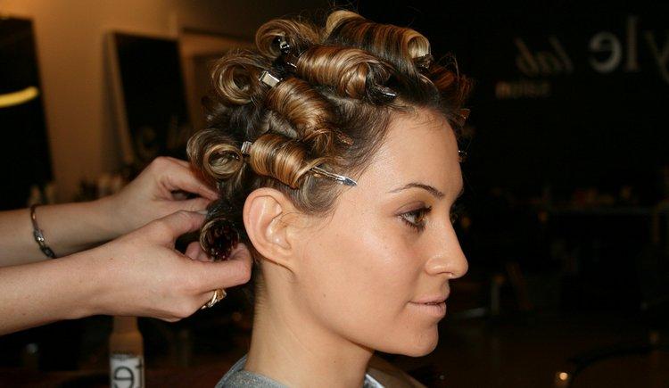 карвинг на короткие волосы часто делают на крупные бигуди.