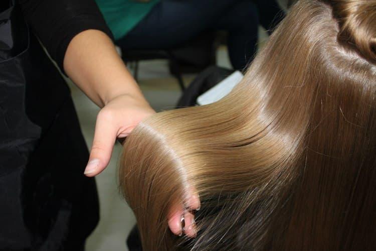 То, сколько держится выпрямление волос кератином, зависит непосредственно от препарата, который использует мастер.