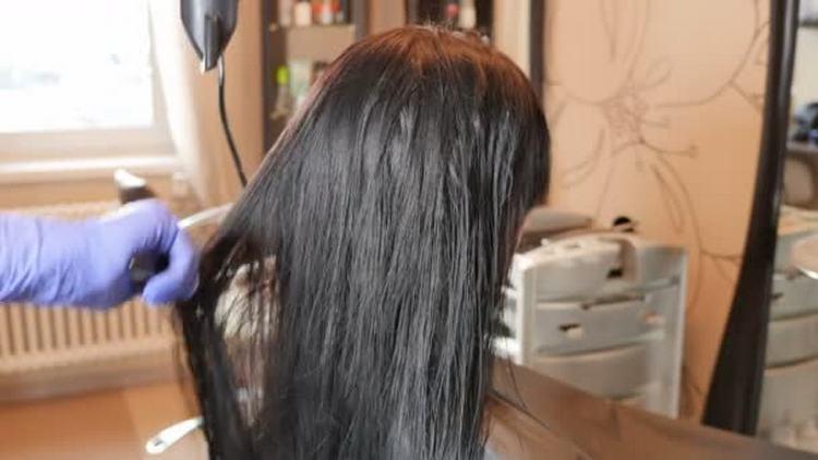 Первый раз выпрямление волос кератином лучше сделать в салоне.