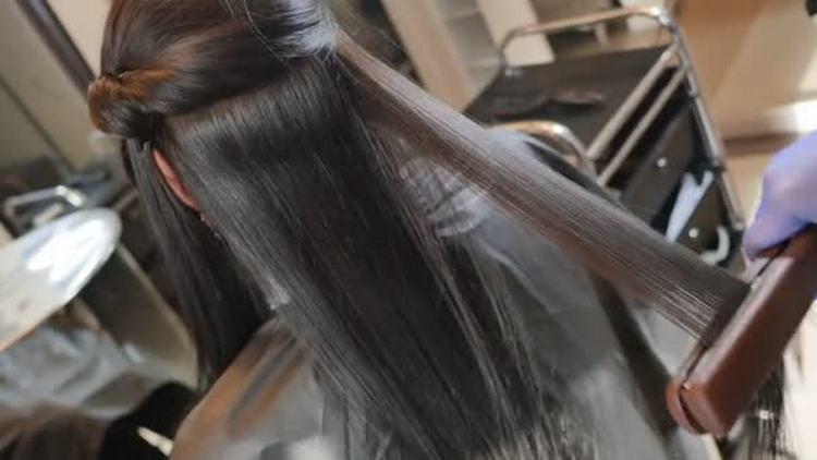 В рейтинге лучше кератина для выпрямления волос первое место можно отдать японском, поскольку эффект от него самый длительный.