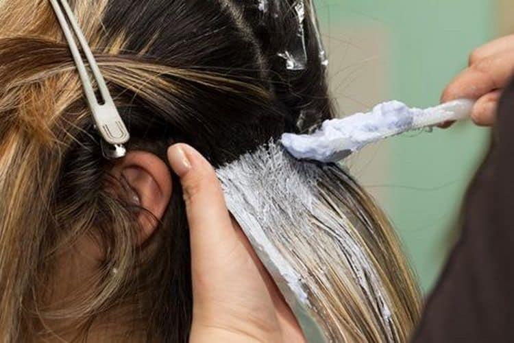 Колорирование на темные волосы можно сделать в домашних условиях.