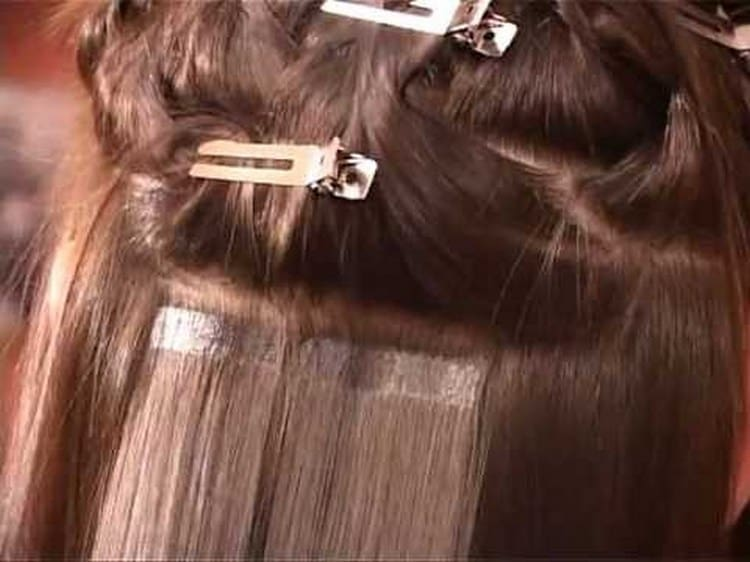 Наращивание волос ленточным способ является самым щадящим видом такой процедуры.