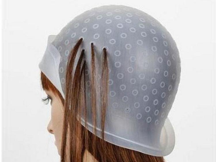 Частое мелирование на русые волосы можно сделать при помощи шапочки, как на фото.