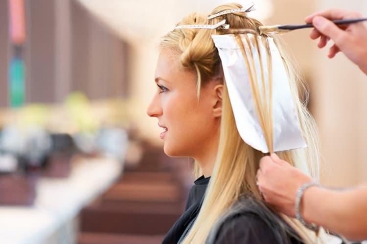 Вопрос о том, можно ли кормящей маме красить волосы краской, интересует многих женщин, ведь мамам в первую очередь хочется выглядеть красиво.