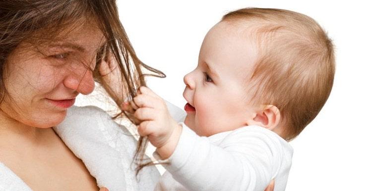 Важно помнить о том, что как бы не хотелось покрасить волосы, но если они истощены после беременности, то в первую очередь нуждаются в восстановительных процедурах.