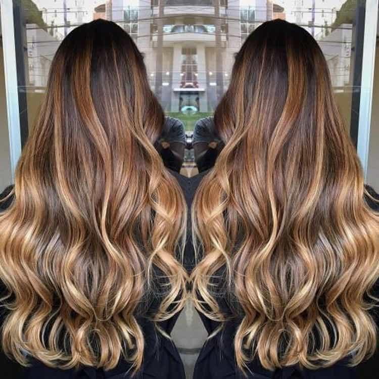 Карамельные оттенки в темных волосах создают невероятно красивый эффект.