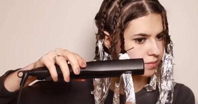 При желании можно также подержать кончики волос в фольге в утюжке или погреть их феном.