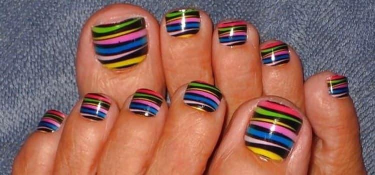 очень стильно выглядят и разноцветные полоски на ногтях ног.