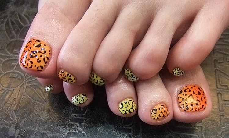 Для летнего дизайна ногтей на ногах можно использовать и анималистические принты.