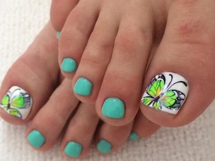 Большой палец ноги можно украсить бабочкой.