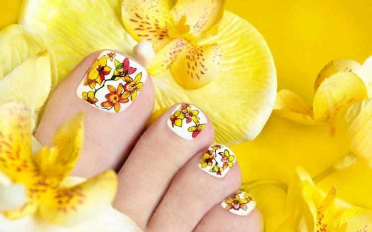 очень красиво выглядят цветы на ногтях ног.