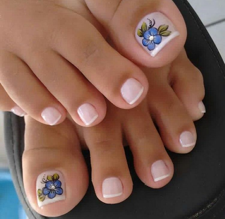 Большой палец ноги при педикюре в стиле френч можно украсить цветочком.