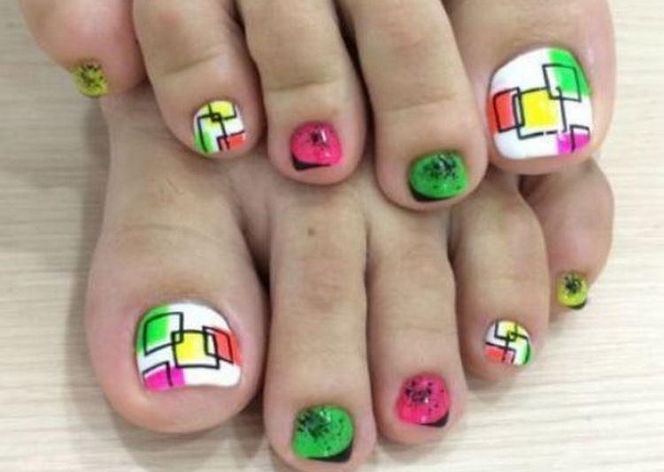 Красивые геометрические рисунки на ногтях пальцев ног.