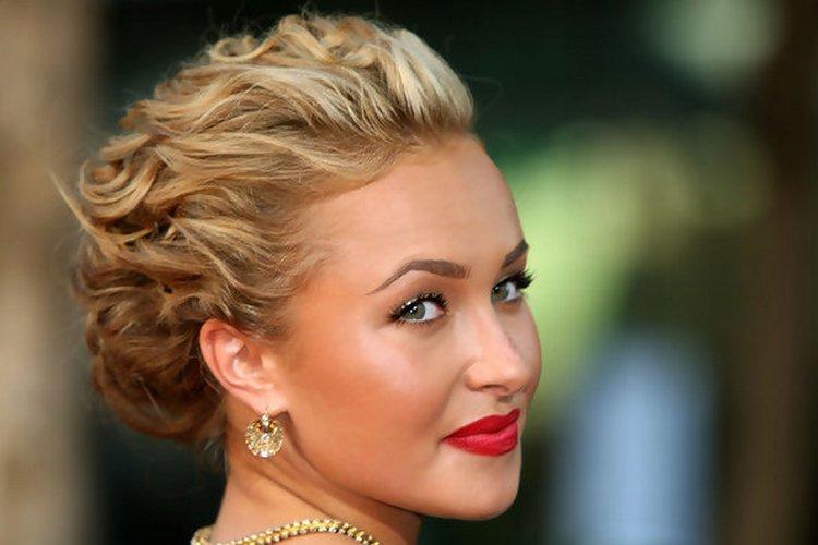 Модные прически на короткие волосы для женщин можно легко создать в домашних условиях.