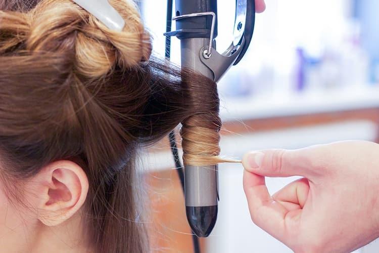 Профессиональные щипцы для завивки волос стоят недешево.
