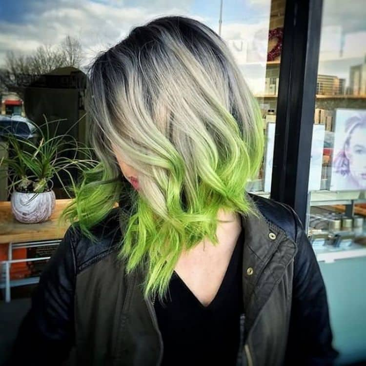 Цветное омбре на светлые волосы выгодно тем, что здесь проще подбирать разные оттенки краски.