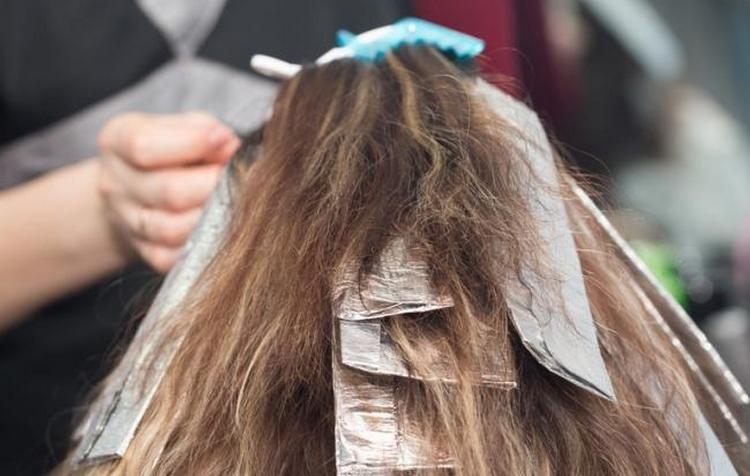 Потренировавшись, вполне можно так покрасить волосы дома самой.