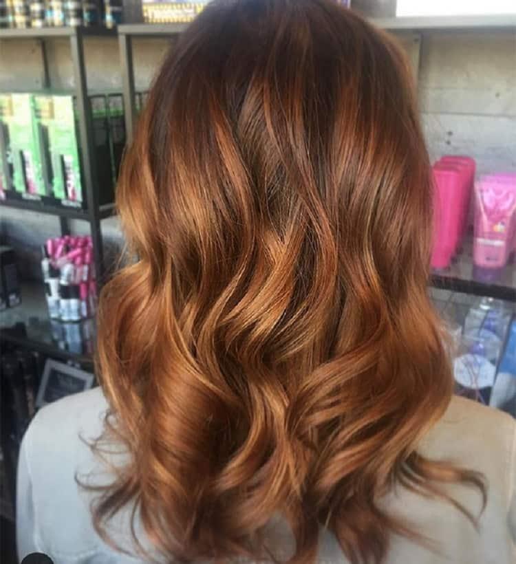 Волосы после такой покраски выглядят очень эффектно.
