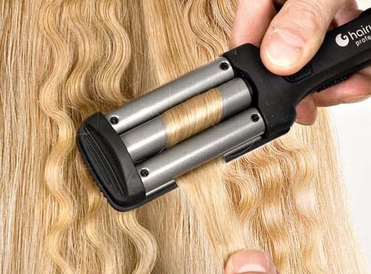 Прядь волос зажимается между тремя частями плойки, за счет чего можно создать красивую волну.