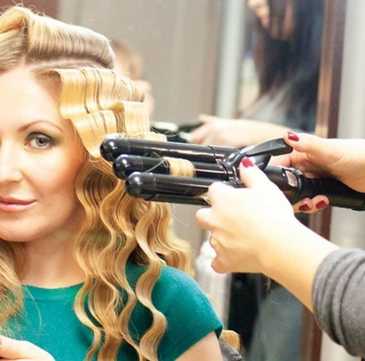 Посмотрите, как использовать тройную плойку, чтобы сделать красивую волну на волосах.