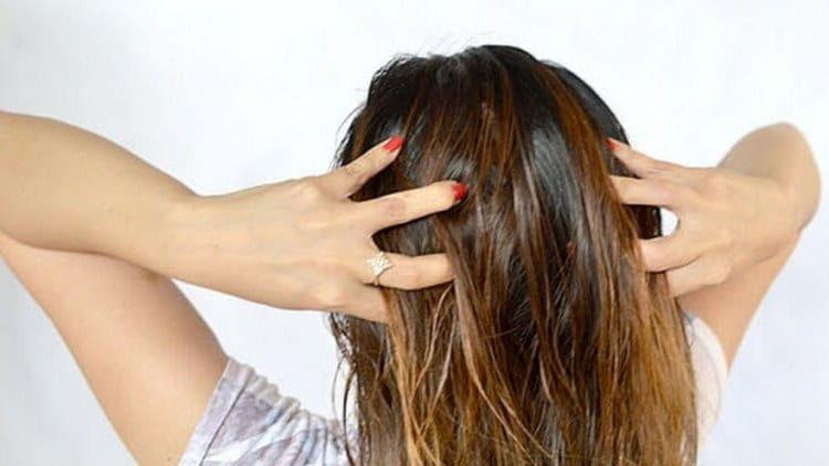 Масляный раствор витамин Е для волос можно просто втирать в кожу головы.