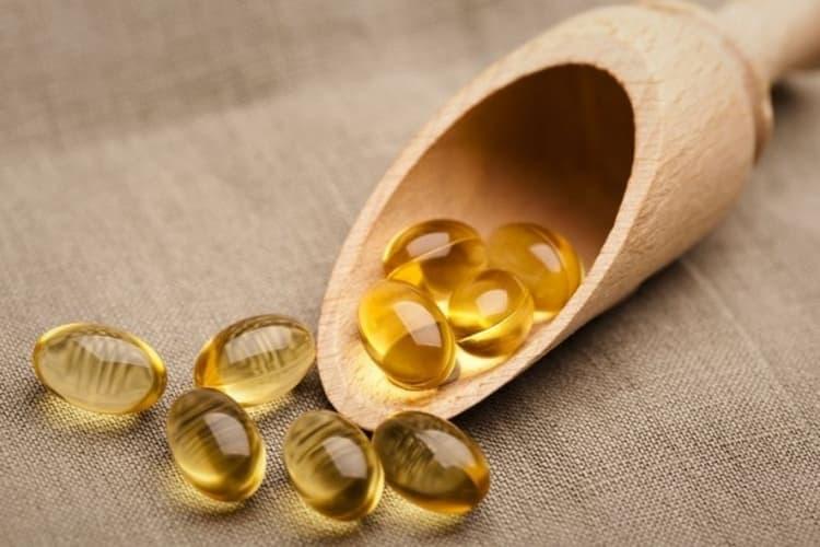 Жидкий витамин Е для волос можно использовать в капсулах.