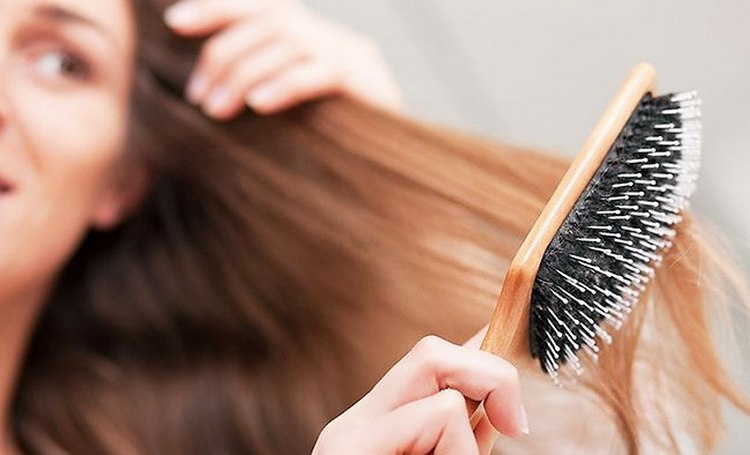Препарат поможет избавиться от излишней ломкости волос.